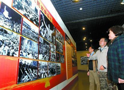 4月9日,观众正在参观反法西斯战争胜利图片展。