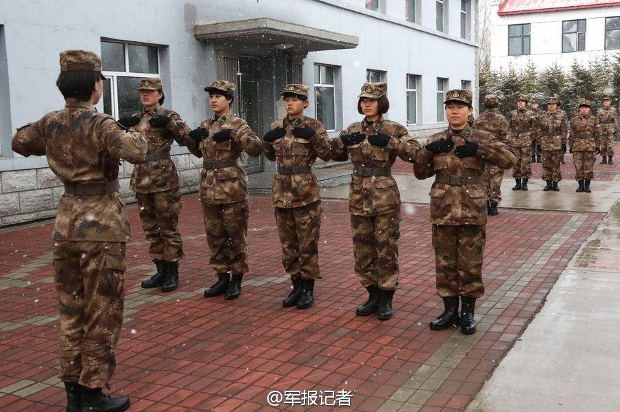 解放军女兵冒雪进行队列训练.-都快穿单衣了 北疆女兵却在冒雪训练