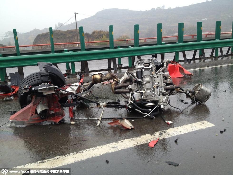 法拉利跑车发生车祸,其中一辆车损毁严重,四轮及发动机已飞出高清图片