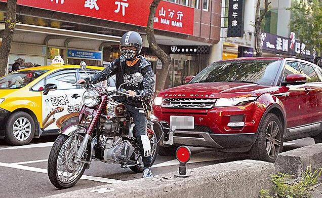 周杰伦骑重型摩托兜风 妻子昆凌开车跟随