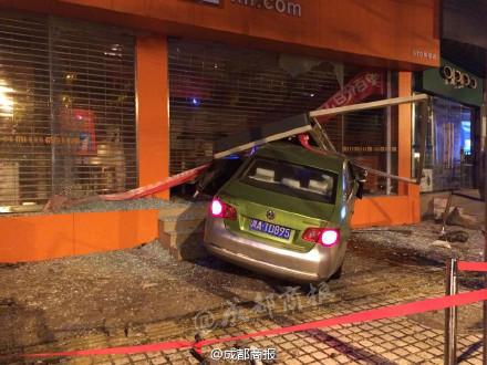 成都出租车撞破一手机门店 车内安全气囊弹出高清图片