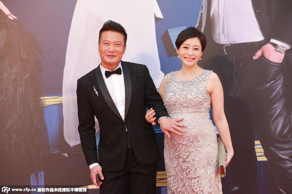 4届香港金像奖颁奖典礼红毯仪式正在举行,图为钱嘉乐携孕妻汤盈
