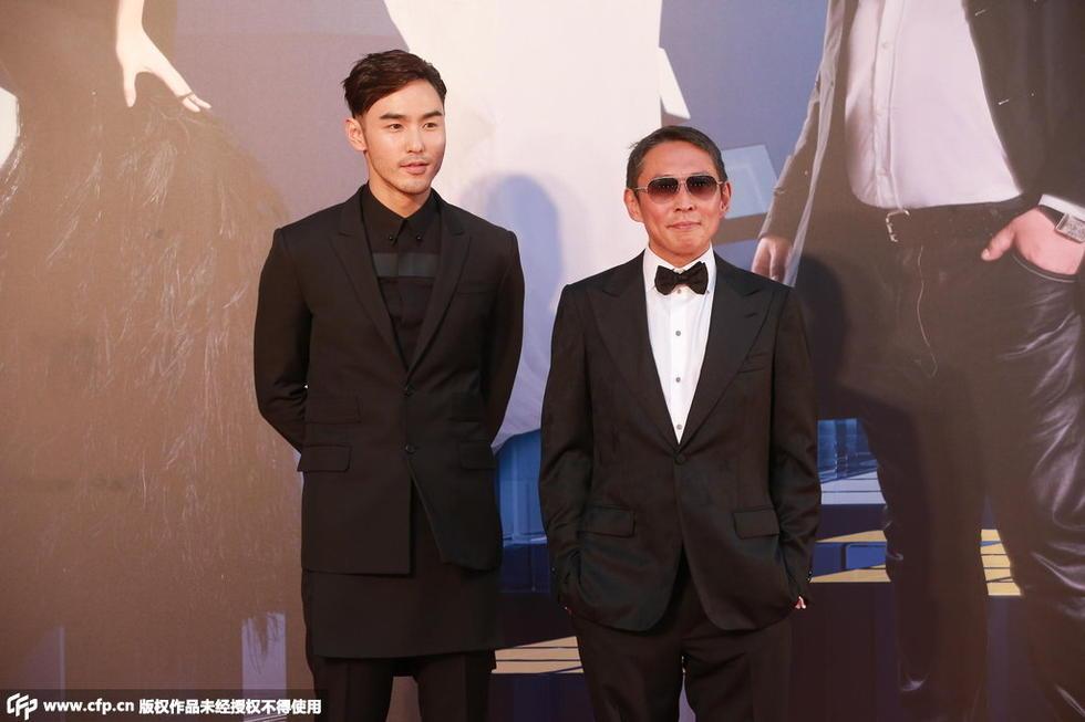4届香港金像奖颁奖典礼红毯仪式即将举行,图为阮经天与导演钮承