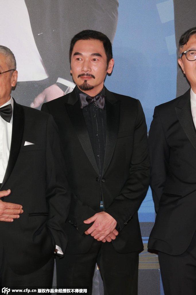 4届香港金像奖颁奖典礼红毯仪式正在举行,图为方中信随《窃听风