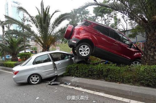 女司机驾越野车操作失控 开到小轿车上2015.4.22 - fpdlgswmx - fpdlgswmx的博客