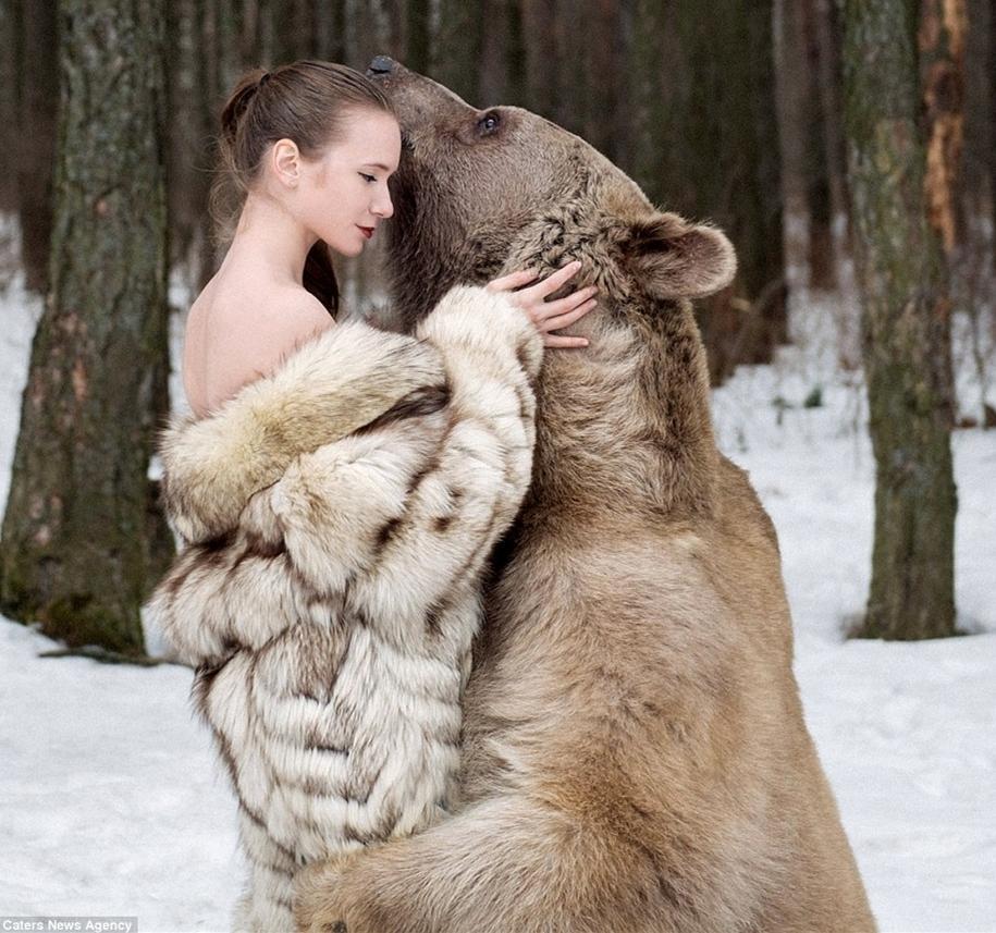 俄性感女模与棕熊合影 号召公众减少猎杀(组图) 美女 第1张