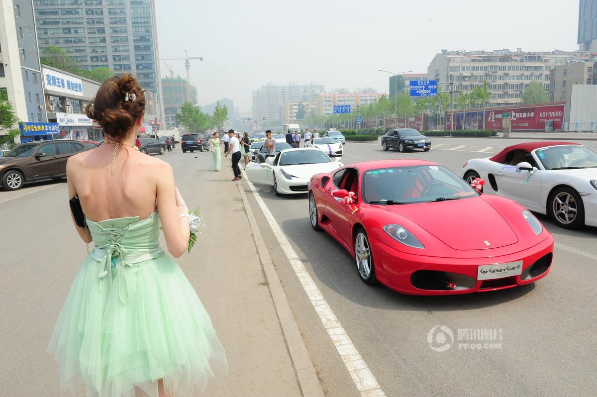 济南土豪30多辆跑车迎娶俄罗斯新娘
