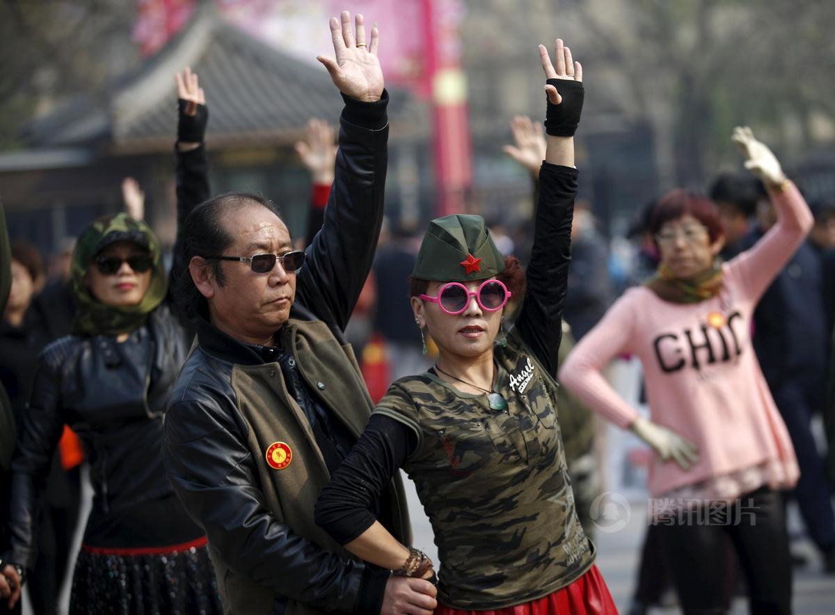 北京大妈穿迷彩军装跳广场舞 - 暮色苍茫 - 赵破奴●李左车