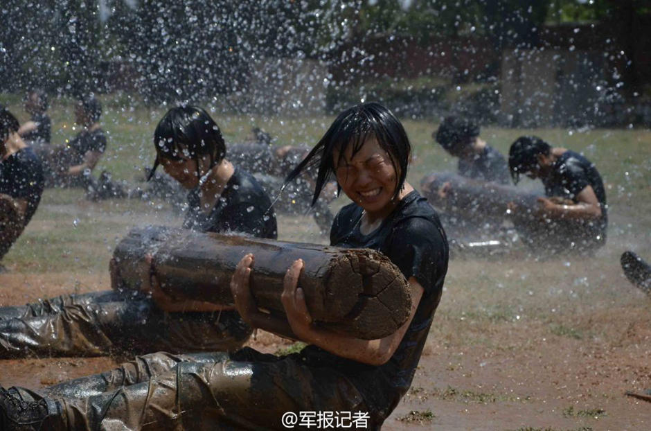 解放军女特种兵残酷训练曝光:蛇群中取枪 - 海阔山遥 - .