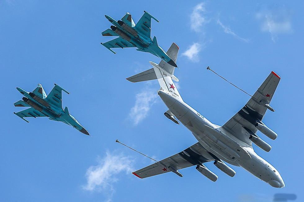 俄罗斯伊尔78加油机与两架苏34战机编队