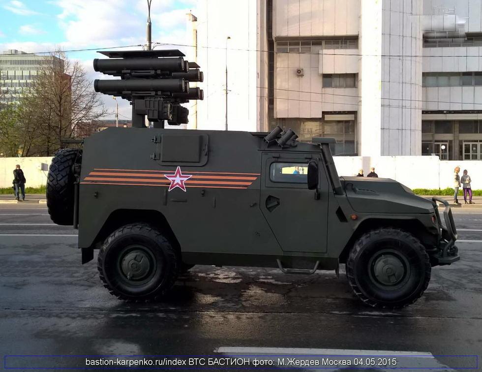 """搭载俄罗斯虎式装甲车上的""""短号""""EM反坦克导弹。"""