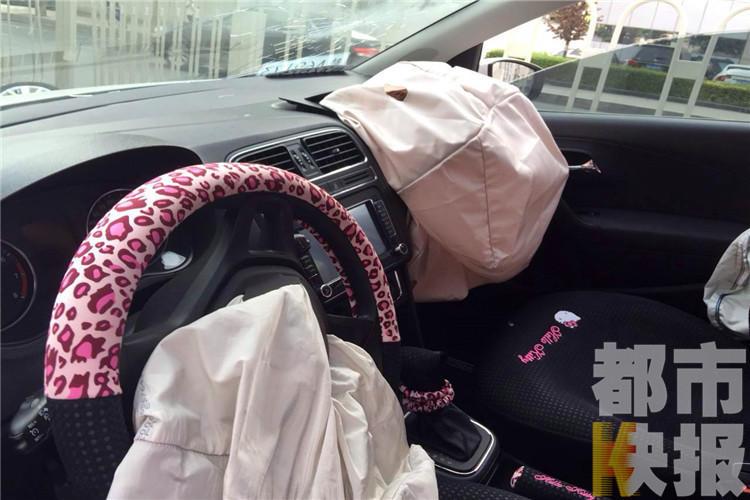 《都市快报午间版》记者赶到西安市太白南路时,一辆大众小轿车正图片