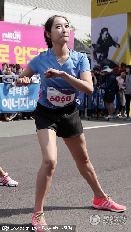 韩国女子组合FX的成员宋茜参加某品牌举办的马拉松活动.她梳着图片