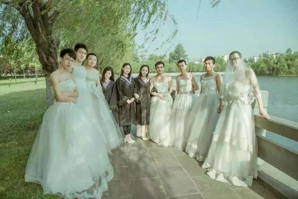 河南一大学男生集体穿婚纱拍毕业照2015.5.22 - fpdlgswmx - fpdlgswmx的博客
