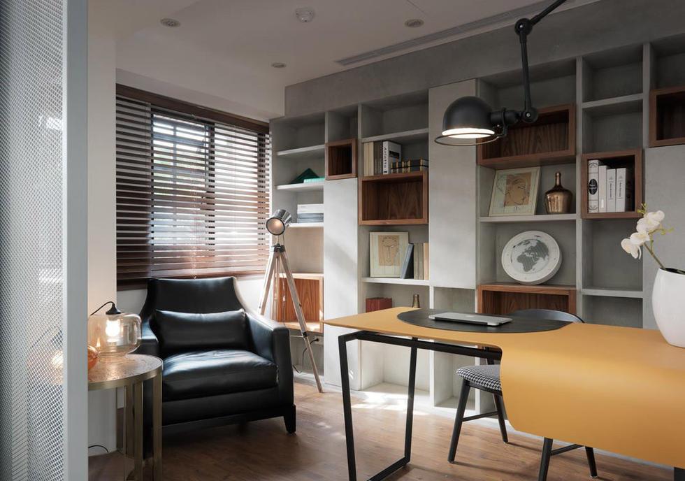 书房.开放式的层板书架,以不同的质材、色调及大小,丰富了场域的