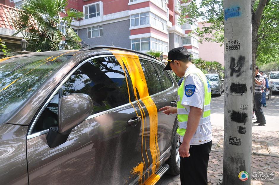 汽车被人泼上了厚厚的油漆,还没有干透.该车主吴先生已经报高清图片