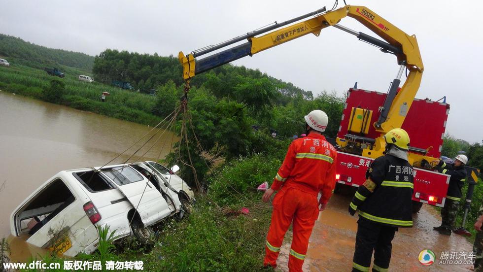 月22日上午,广西桂平大湾镇安担村一幼儿园校车翻进水塘.车上