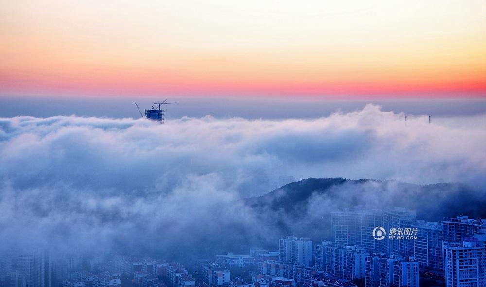 青岛沿海现平流雾景观 城市如仙境