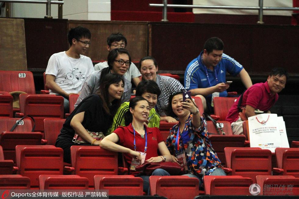 中国vs哈萨克斯坦 周苏红、冯坤等老女排队员现身看台不忘自拍.-