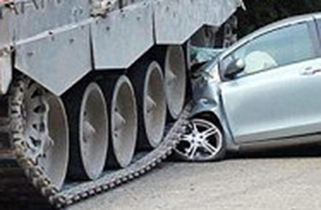 近日,德国北莱茵-威斯特法伦州多特蒙德市发生一次神奇的车祸,一名18岁的女司机在上路时发生车祸与别车相撞,但另一辆车却不普通,而是一辆来自英国驻军的坦克。