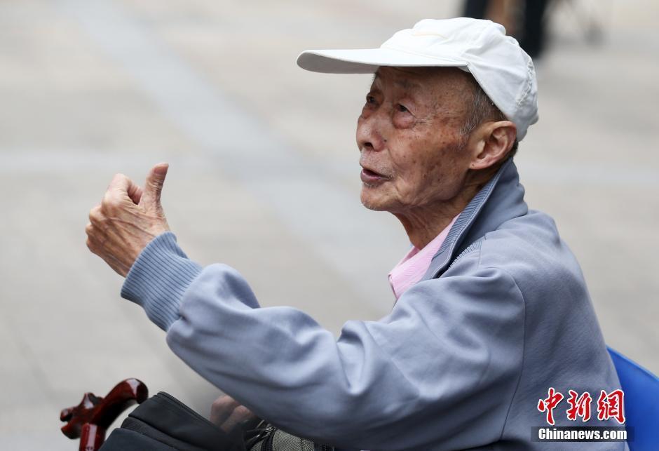 6岁的考生汪侠老人手拄拐杖第15次参加高考.汪侠生于1929年,曾