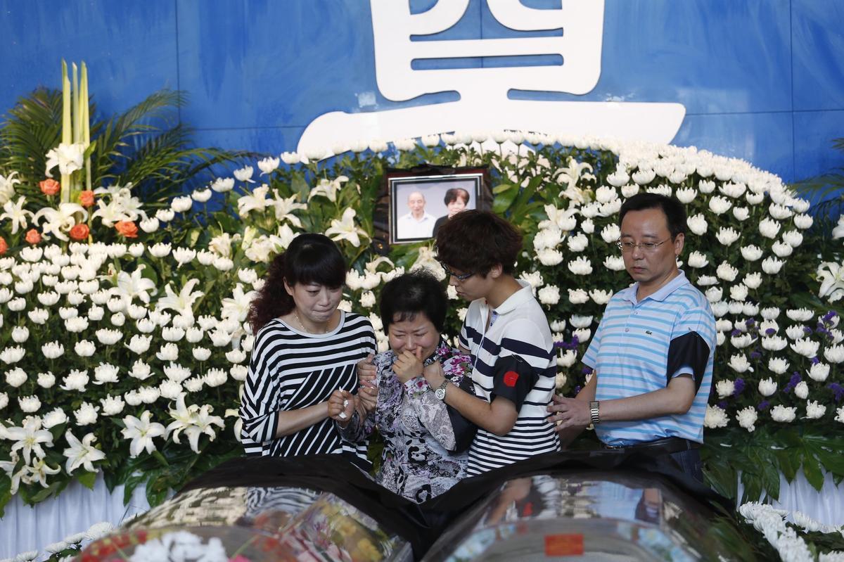 长江沉船遇难人员家属殡仪馆送别亲人(高清图)
