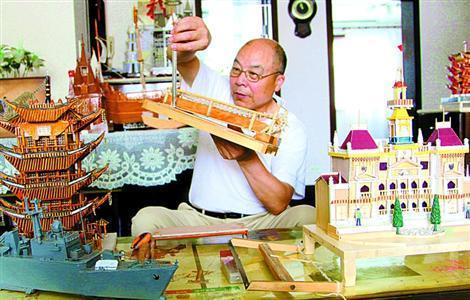 退休后的黄文浩几乎将业余时间全部花在手工艺品制作上.