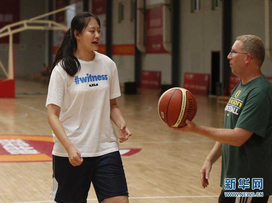 18岁女高中生靠打篮球被美国大学劝说语文秘诀的初中录取图片