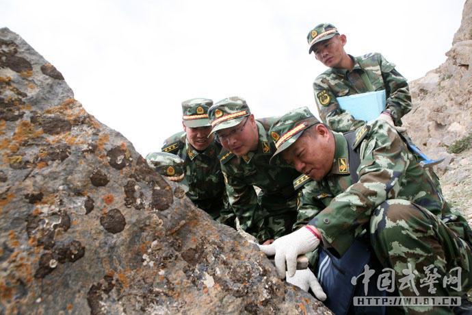 武警黄金部队战士将青春燃烧在戈壁高原图片
