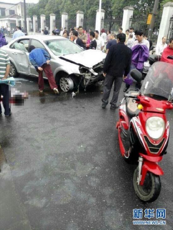 月22日拍摄的车祸事故现场.-江苏无锡一汽车失控 连撞十多人