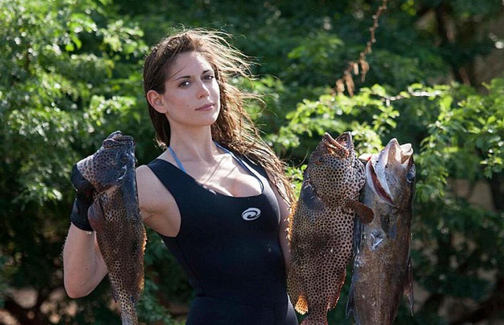 美女热爱潜水叉鱼 晒照被批冷血 时话时说