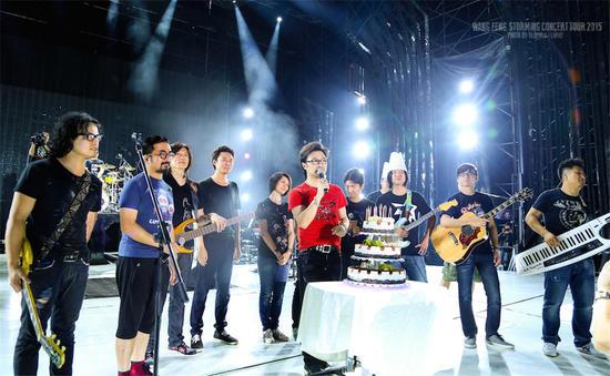 2015汪峰西安演唱会开唱 首次舞台庆生