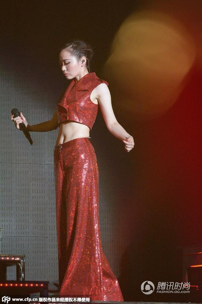 张靓颖上海演唱会化身百变妖姬 小露蛮腰野性十足