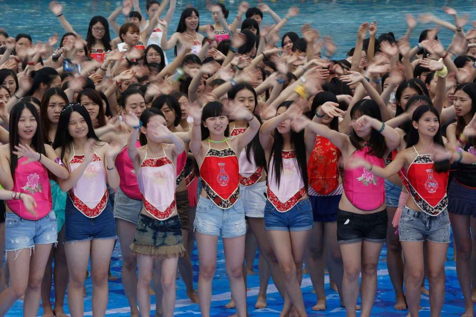 杭州数千名女生穿肚兜拍毕业照 清凉迎接毕业季2015.7.2 - fpdlgswmx - fpdlgswmx的博客