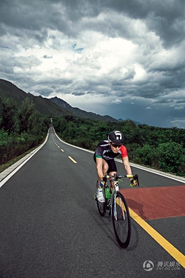 窦骁变身阳光自行车骑手 御风而行动感十足