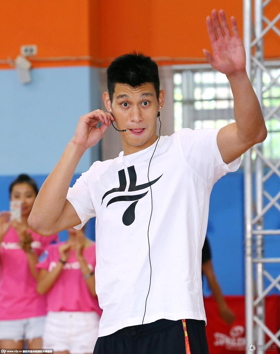 3日讯 台北,篮球明星林书豪昨天到台北市金华国中,参加某公益