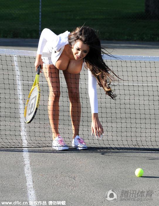 英国女星打网球现超 一幕 大胸遭球网卡住