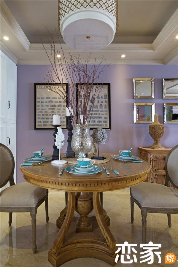 桌上的孔雀蓝餐具,给古典的木质桌又增添了一丝现代气息.高清图片