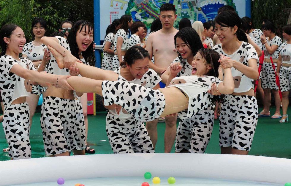 杭州百名辣妈穿奶牛比基尼泼奶 号召母乳喂养2015.7.16 - fpdlgswmx - fpdlgswmx的博客