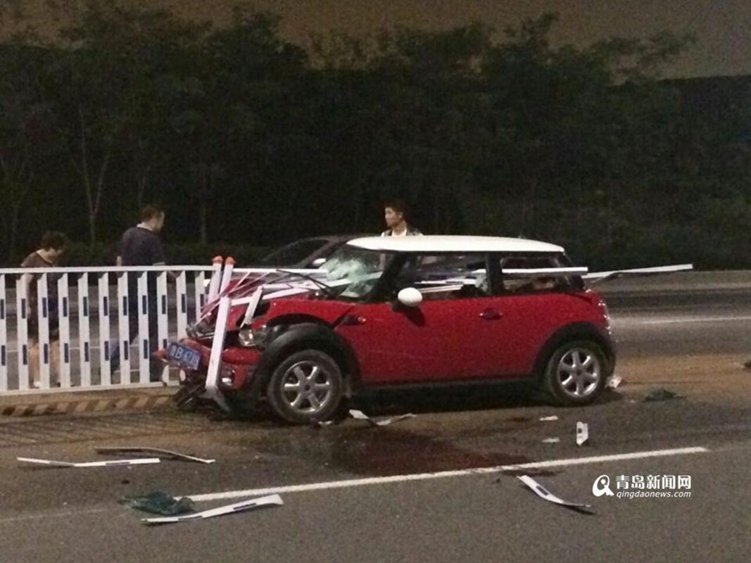 宝马mini汽车,由东向西行驶,撞向道路中间护栏,受伤司机已被送高清图片