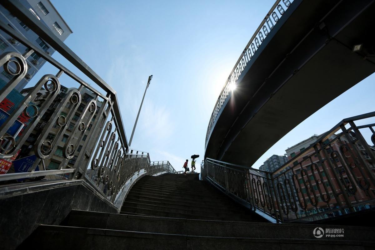 行过街天桥——达川区南城华蜀北路三里坪街口人行过街天桥正式