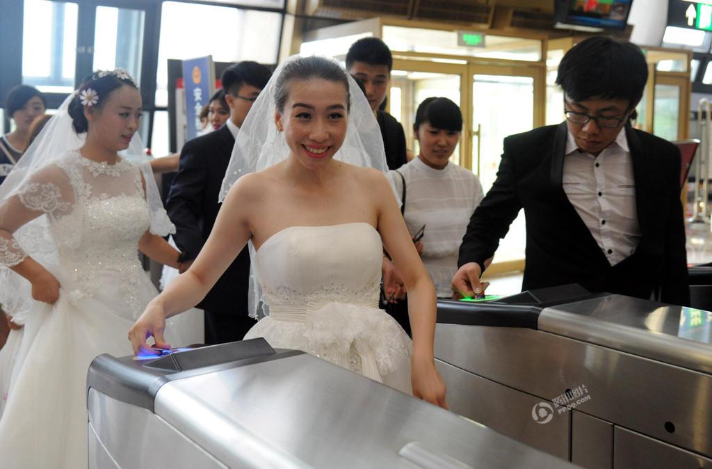 【沈阳】10对新人地铁上办集体婚礼