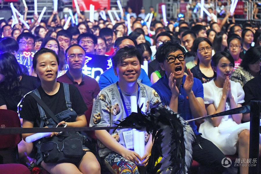 张靓颖北京演唱会震撼开唱 李易峰王铮亮等嘉宾助阵
