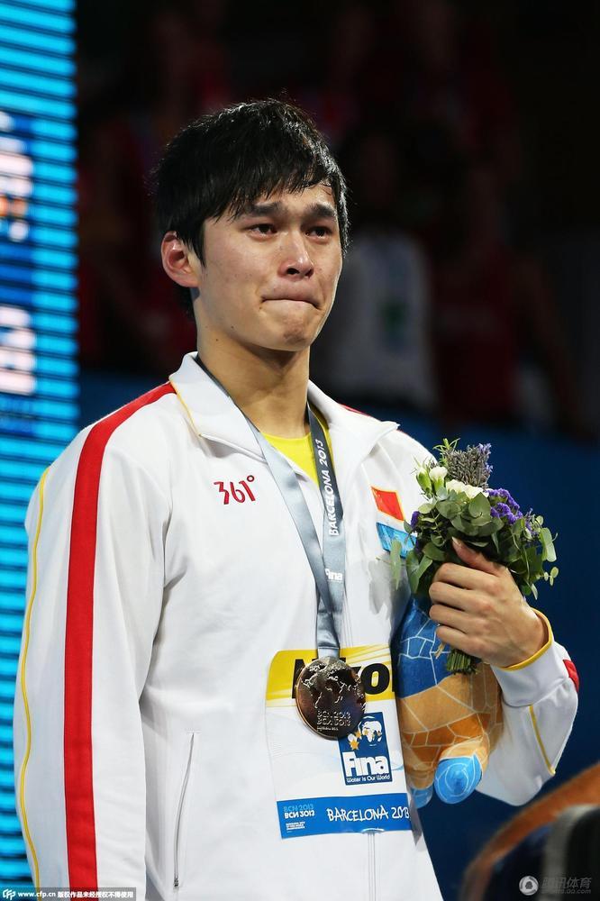世锦赛800m赛后,孙杨再度落泪.-男儿有泪也轻弹 泪水见证孙杨成