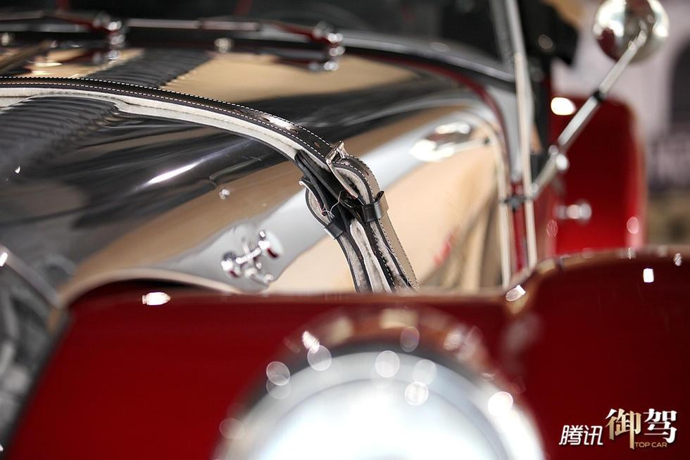 属色再加上黑色发动机舱皮带,使之带有强烈的摇滚味道,将这一身高清图片