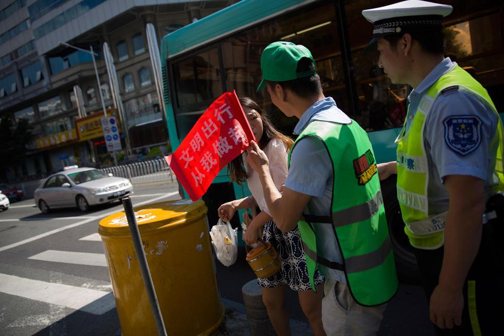 深圳市民闯红灯被罚戴绿帽执勤2015.8.5 - fpdlgswmx - fpdlgswmx的博客