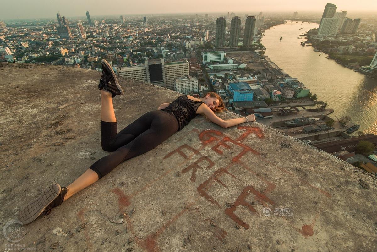 撩人?吓人?加拿大美女78层高楼边缘拍性感写真