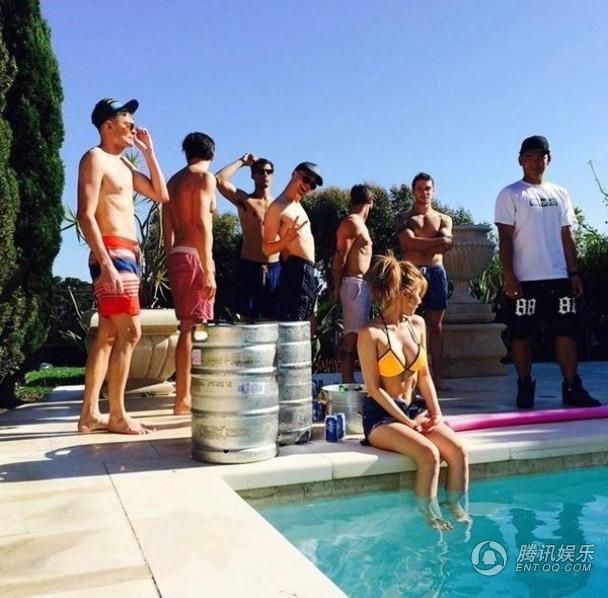 【最新最勁爆!】韓女星泫雅上演泳池濕身秀 抱乳全裸尺度破表(圖)