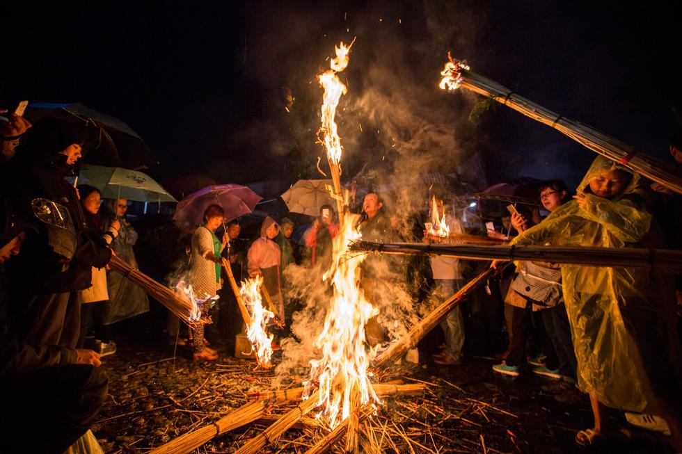 云南大理少数民族同胞雨中庆祝火把节2015.8.10 - fpdlgswmx - fpdlgswmx的博客