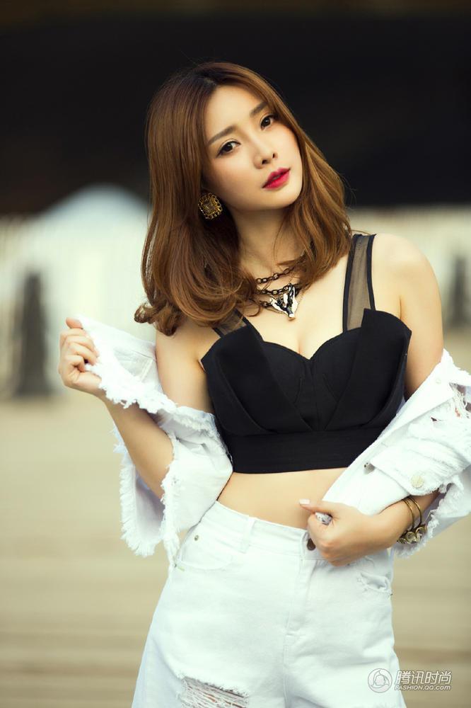 柳岩/美女日历:柳岩性感写真小露蛮腰红唇妩媚